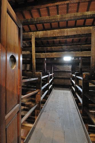 foto del museo - passerella sospesa sopra le travi dell'essiccatoio