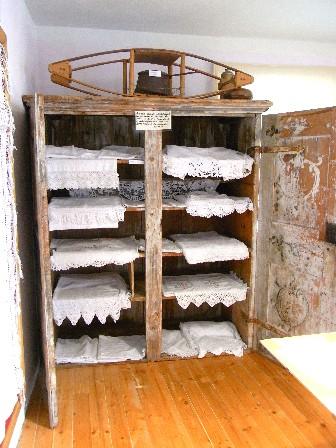 biancheria realizzata dalle donne in armadio d'epoca